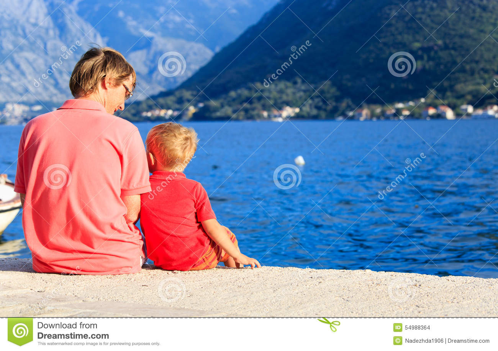Ojciec i trochę opowiadać na scenicznej morze plaży wewnątrz