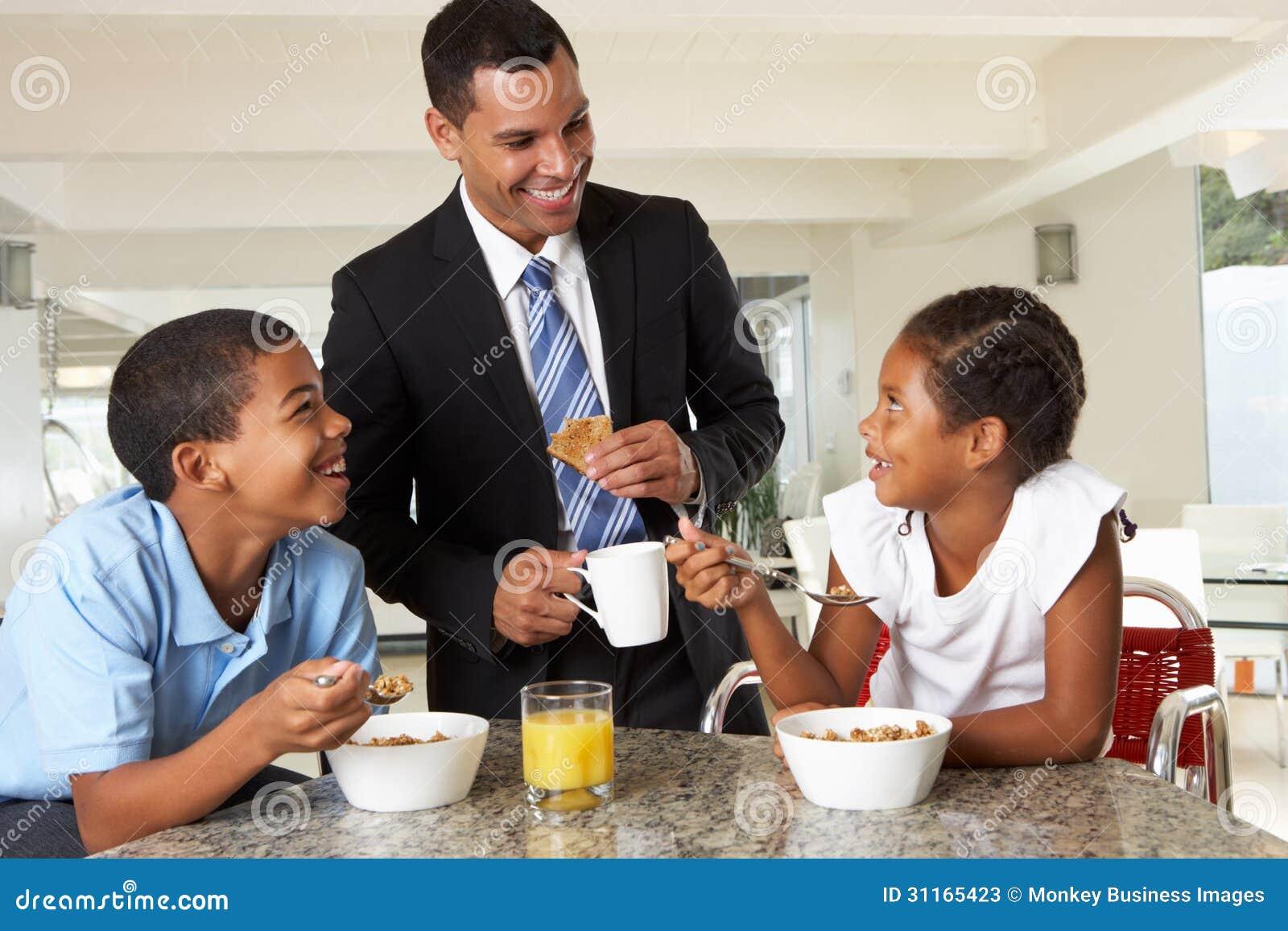 Ojciec Ma śniadanie Z dziećmi Przed pracą