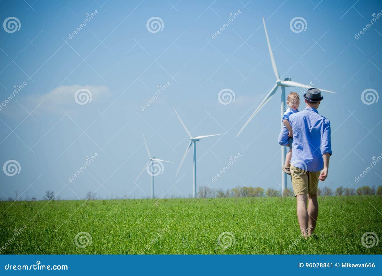 Ojciec niesie jego syna silniki wiatrowi