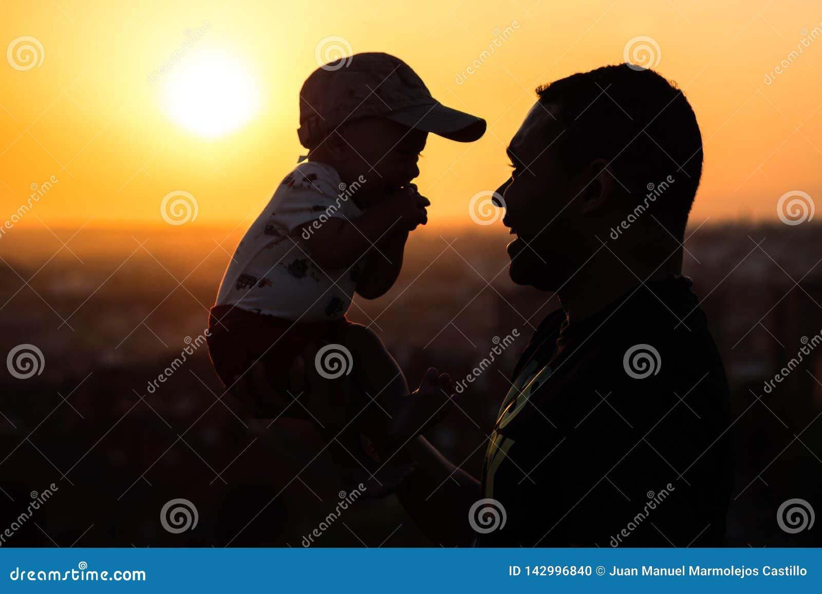 Ojciec Podtrzymuje jego dziecka