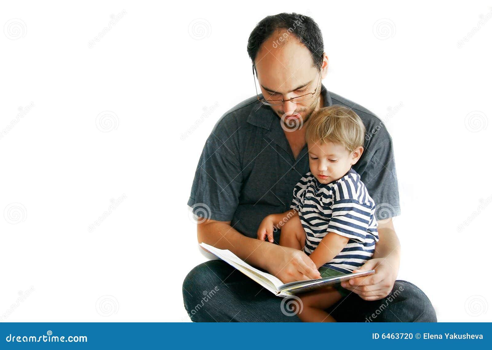 Ojciec syna do czytania książki
