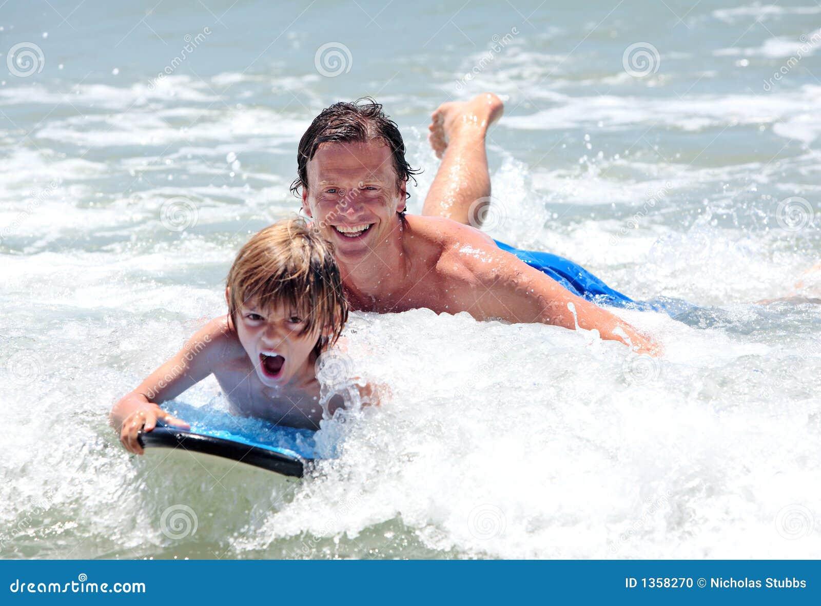 Ojciec syna uczenia się surf young