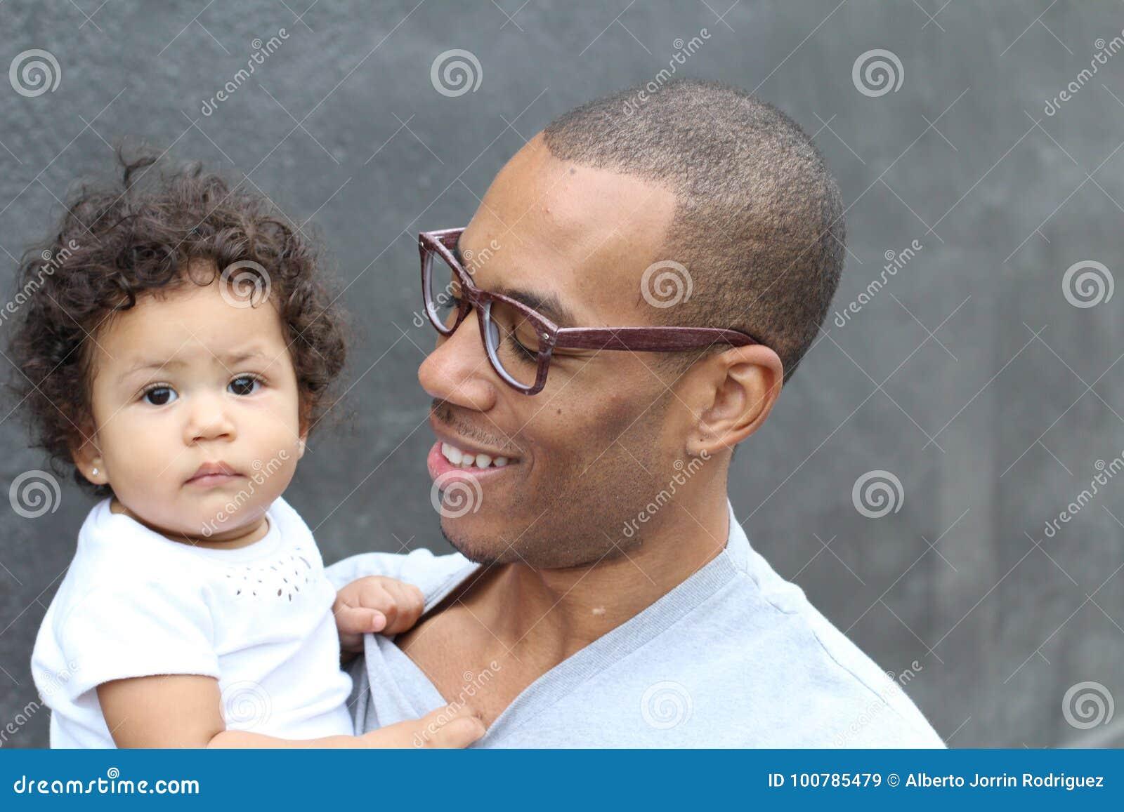 Ojciec trzyma jego ślicznej małej córki