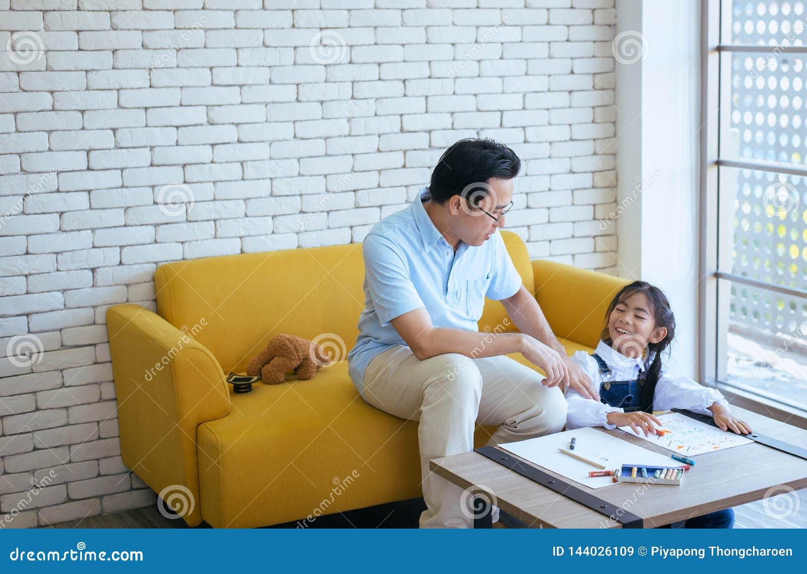Ojciec uczy młodej dziewczyny dziecka robić pracie domowej i zabawie wpólnie, Szczęśliwy, Rodzinna miłość