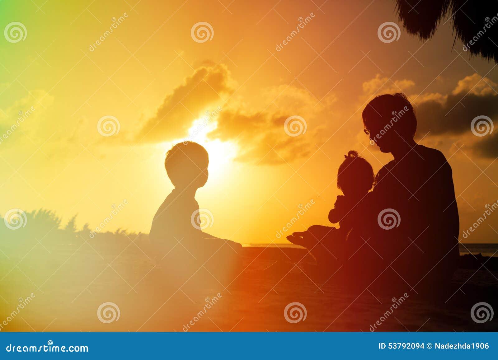 Ojciec z dwa dzieciakami chłopiec i dziewczyna bawić się przy,