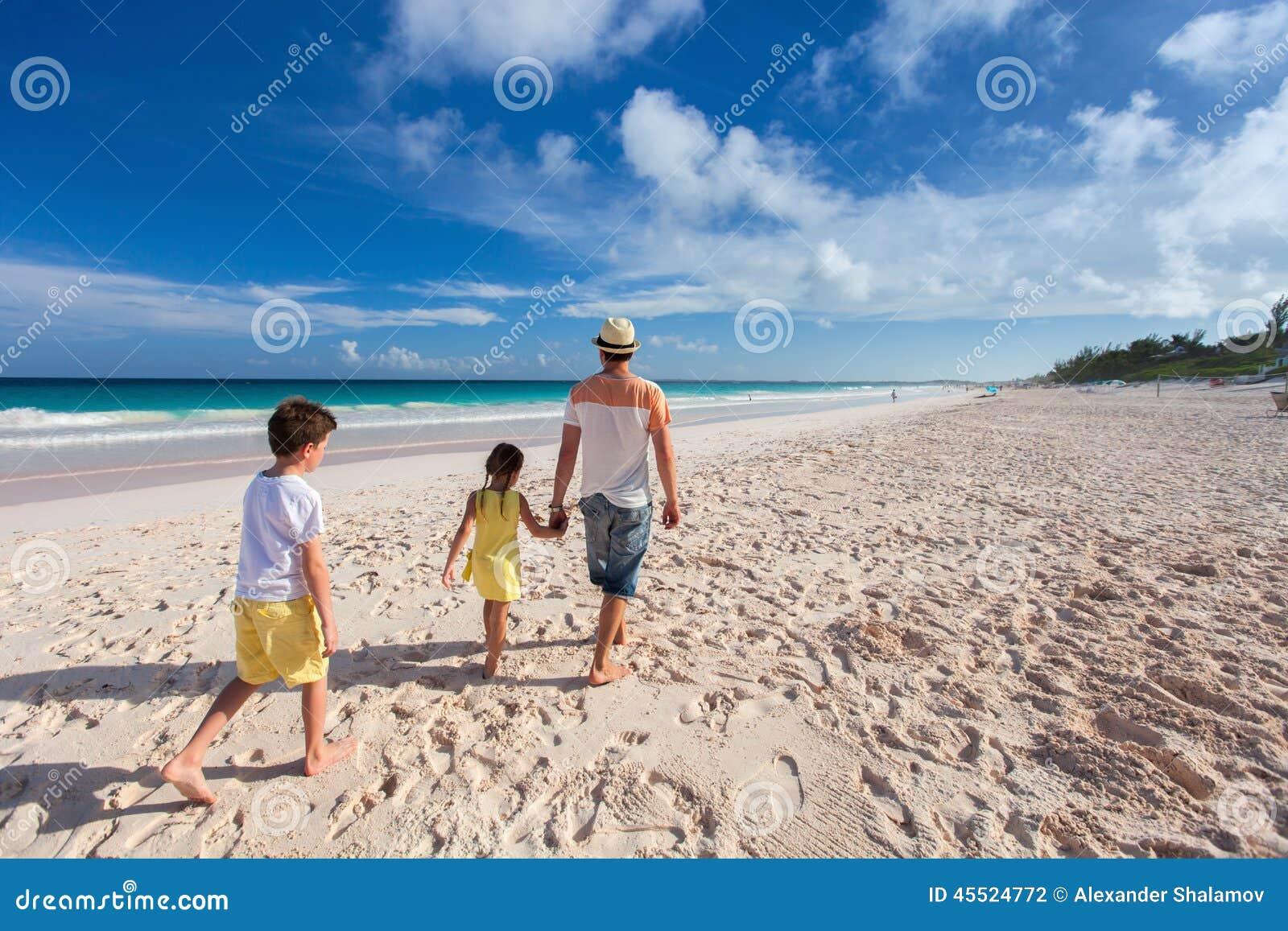 Ojciec z dzieciakami przy plażą