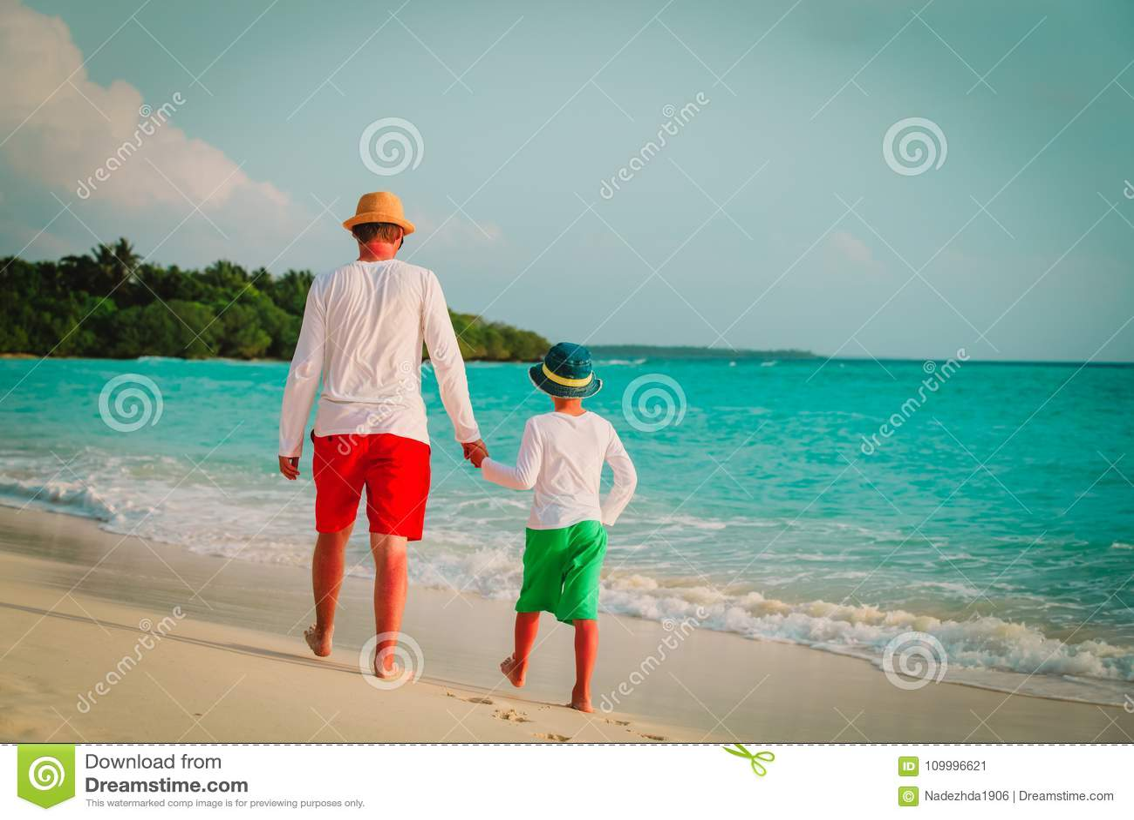 Ojciec z małym syna odprowadzeniem na plaży