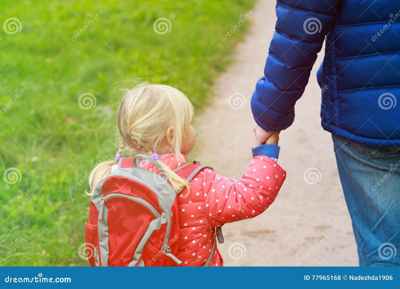 Ojcuje chodzącej małej córki szkoła lub daycare