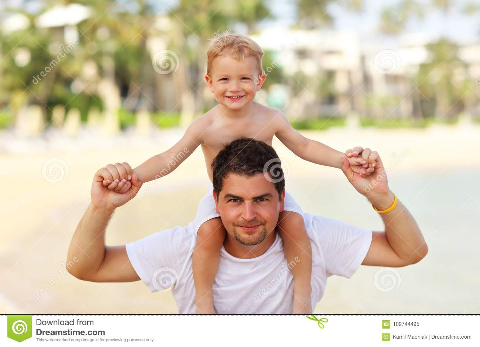 Ojcuje mieć zabawę na plaży z jego małym synem