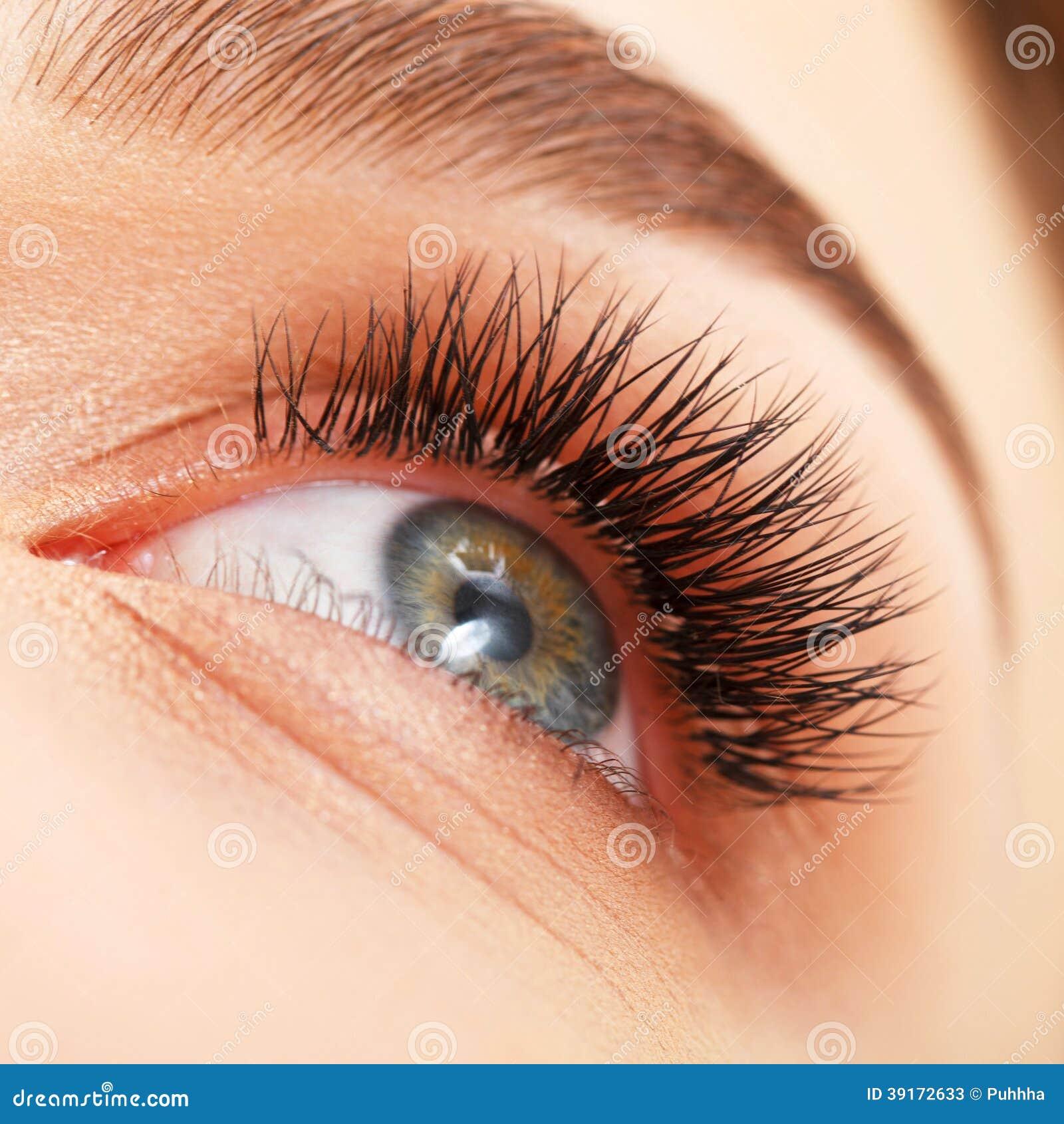 Ojo de la mujer con las pestañas largas. Extensión de la pestaña