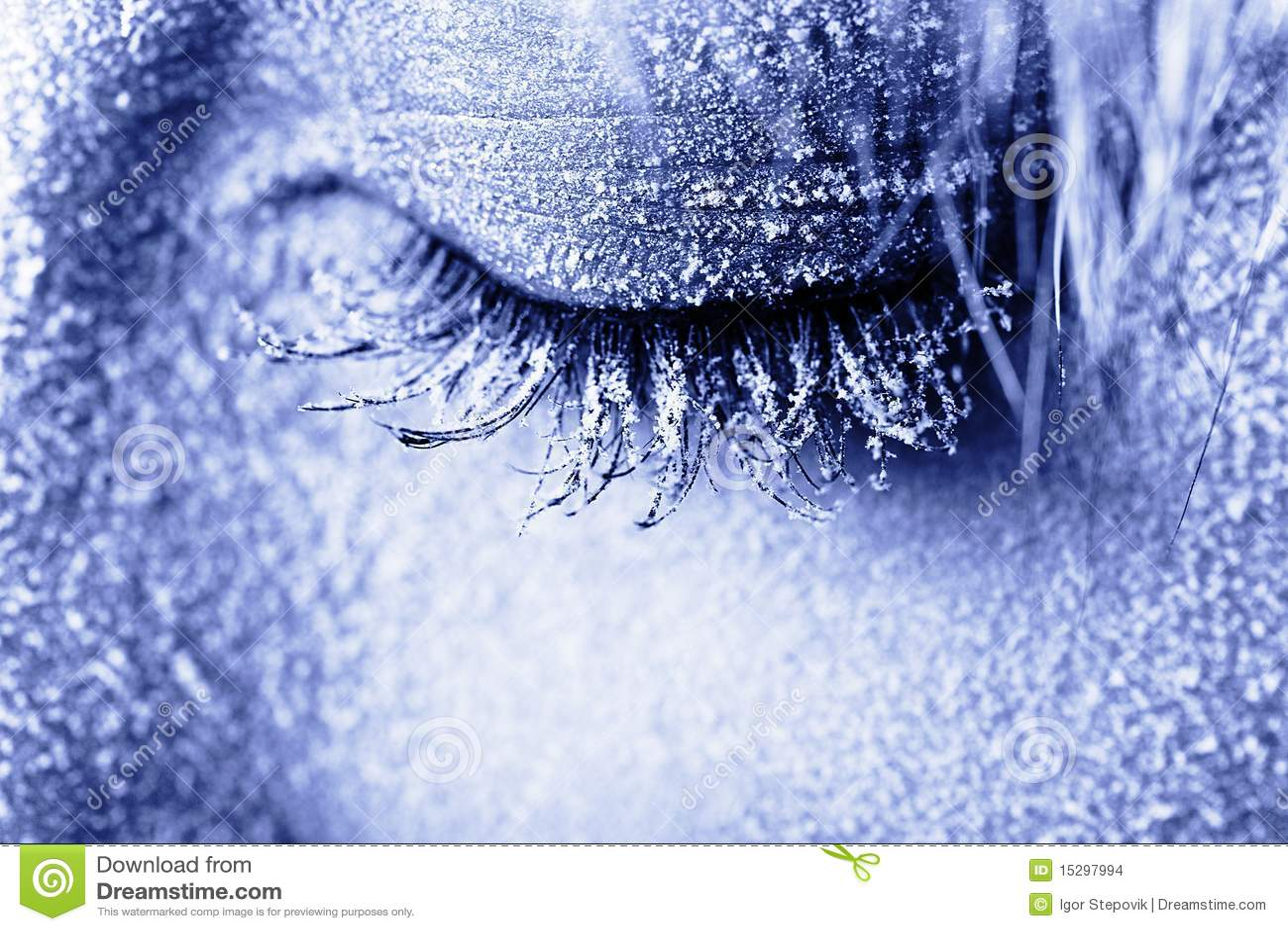 Ojo de la mujer congelada cubierto en helada