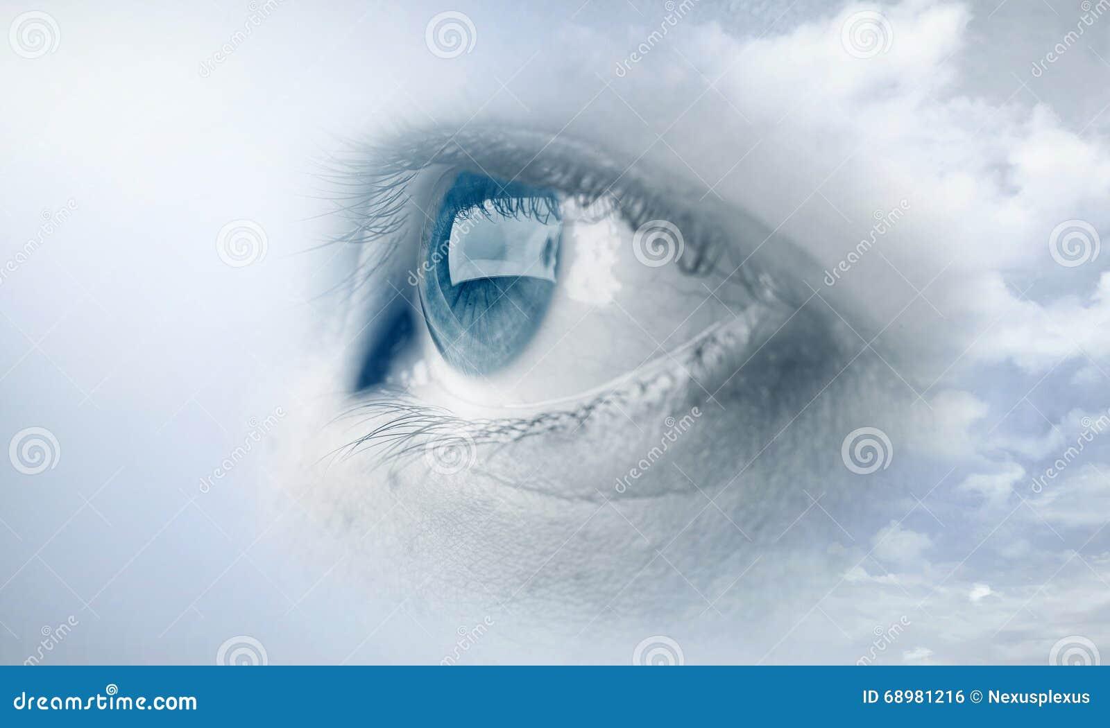 Ojo de la mujer en cielo