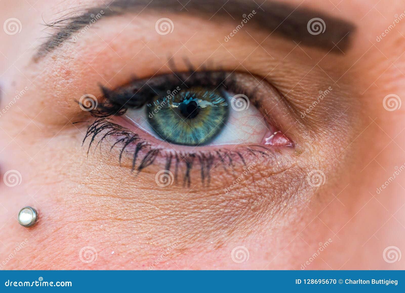 Ojo de la mujer en color verde y azul
