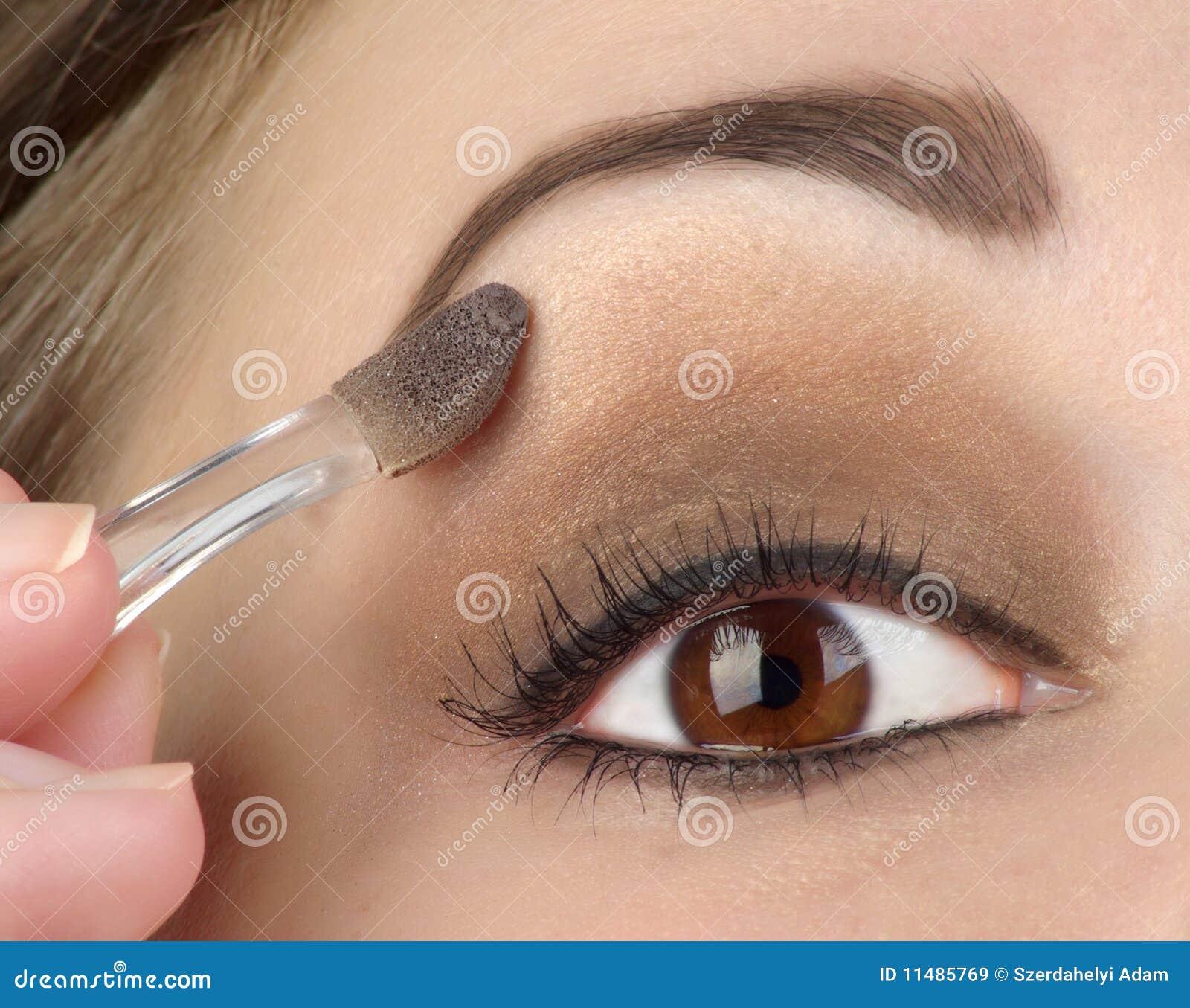 Ojo de las mujeres con maquillaje marrón