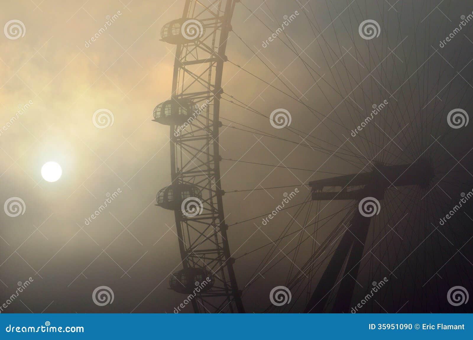 Ojo de Londres en la niebla