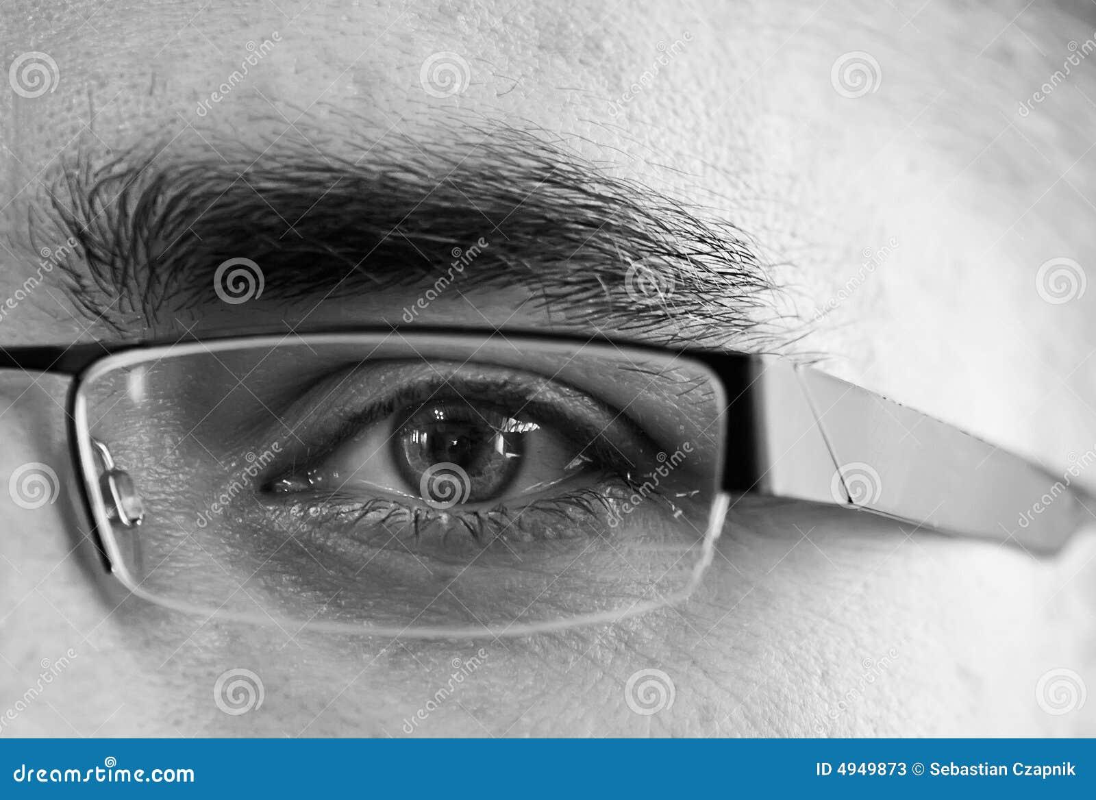 Ojo detrás de los vidrios