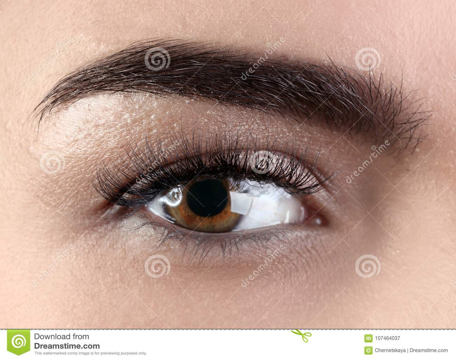 Ojo femenino con extensiones de la pestaña