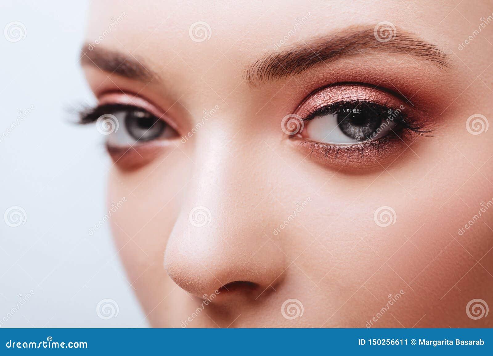 Ojo femenino con las pesta?as falsas largas extremas Extensiones de la pesta?a