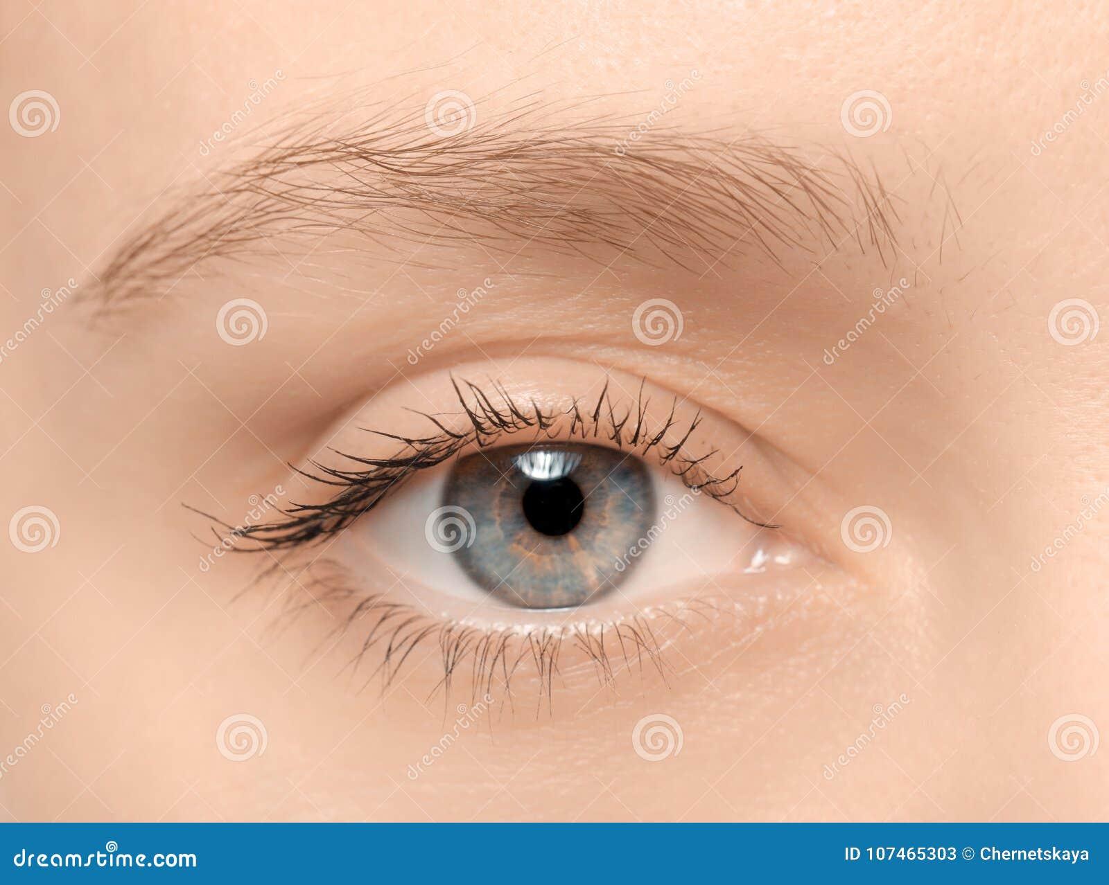 Ojo femenino con los latigazos largos,