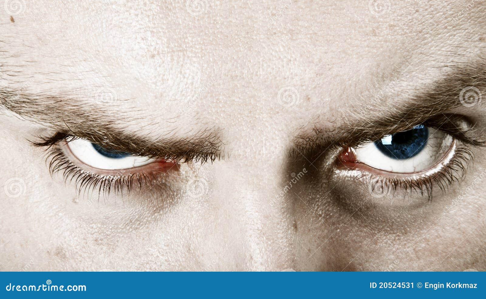 Ojos azules que fruncen el ceño