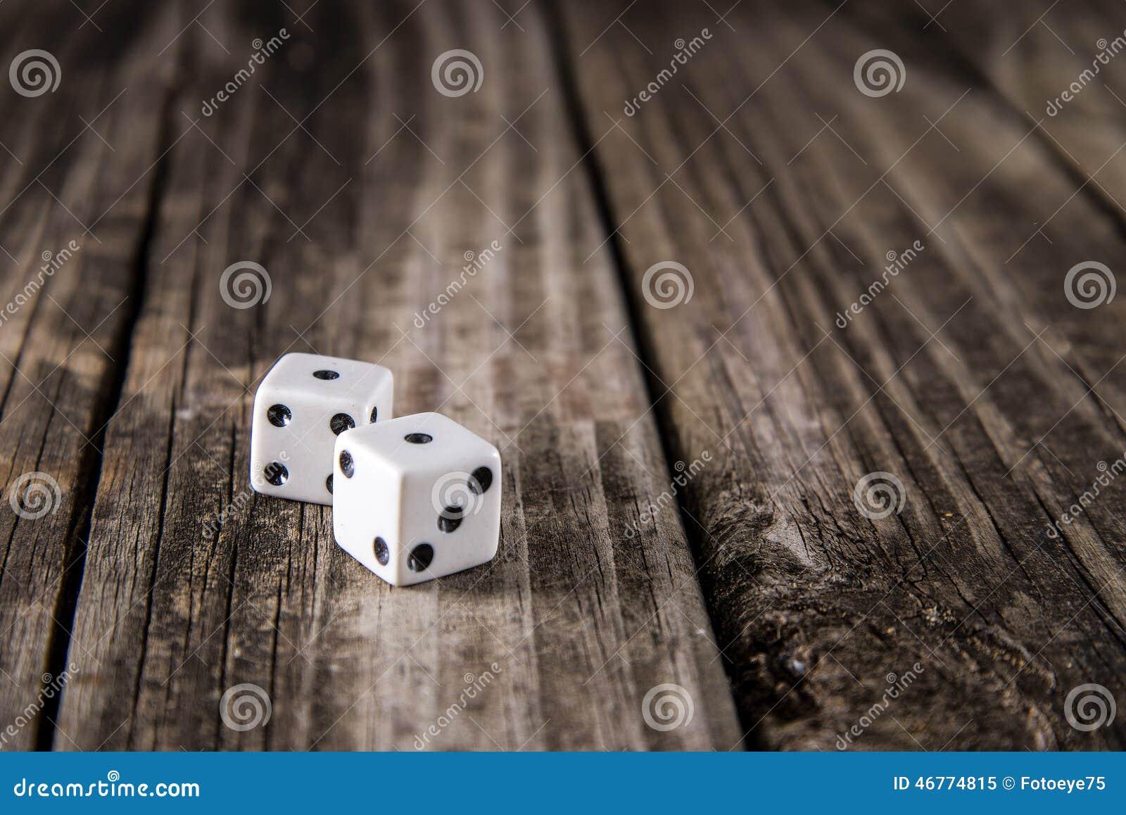 Ojos de serpiente - dados en el fondo de madera de la tabla