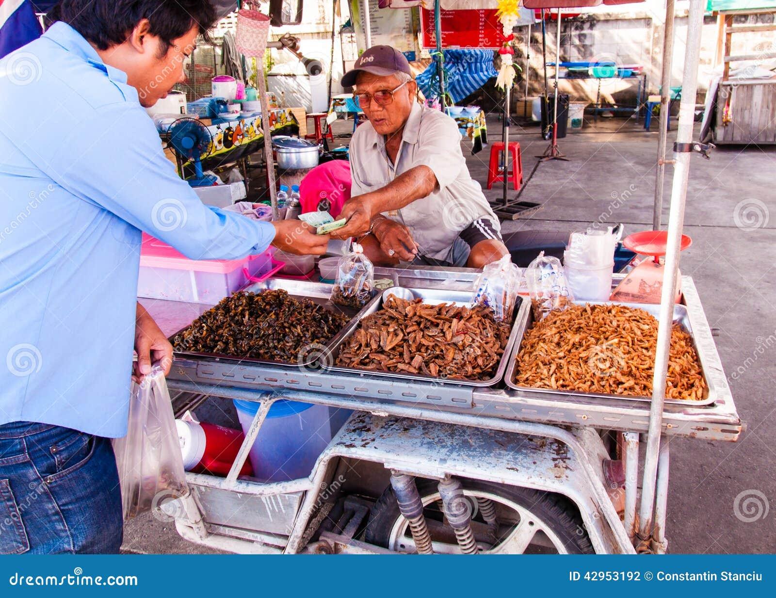 Okänd gatuförsäljare nära den berömda Maeklong järnväg marknaden