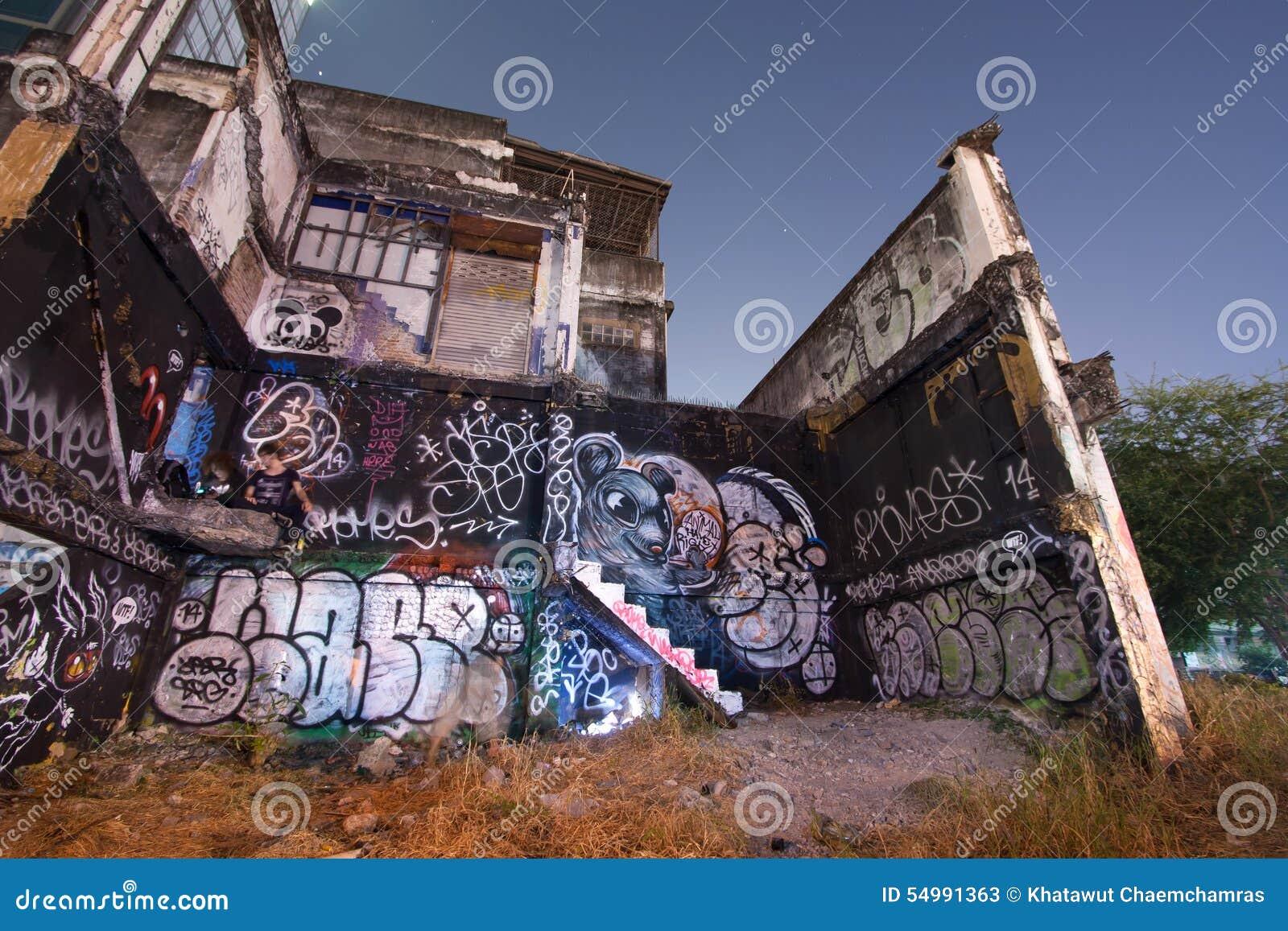 Okänd grafittikonstnärmålning på Abandoned byggnadsväggen