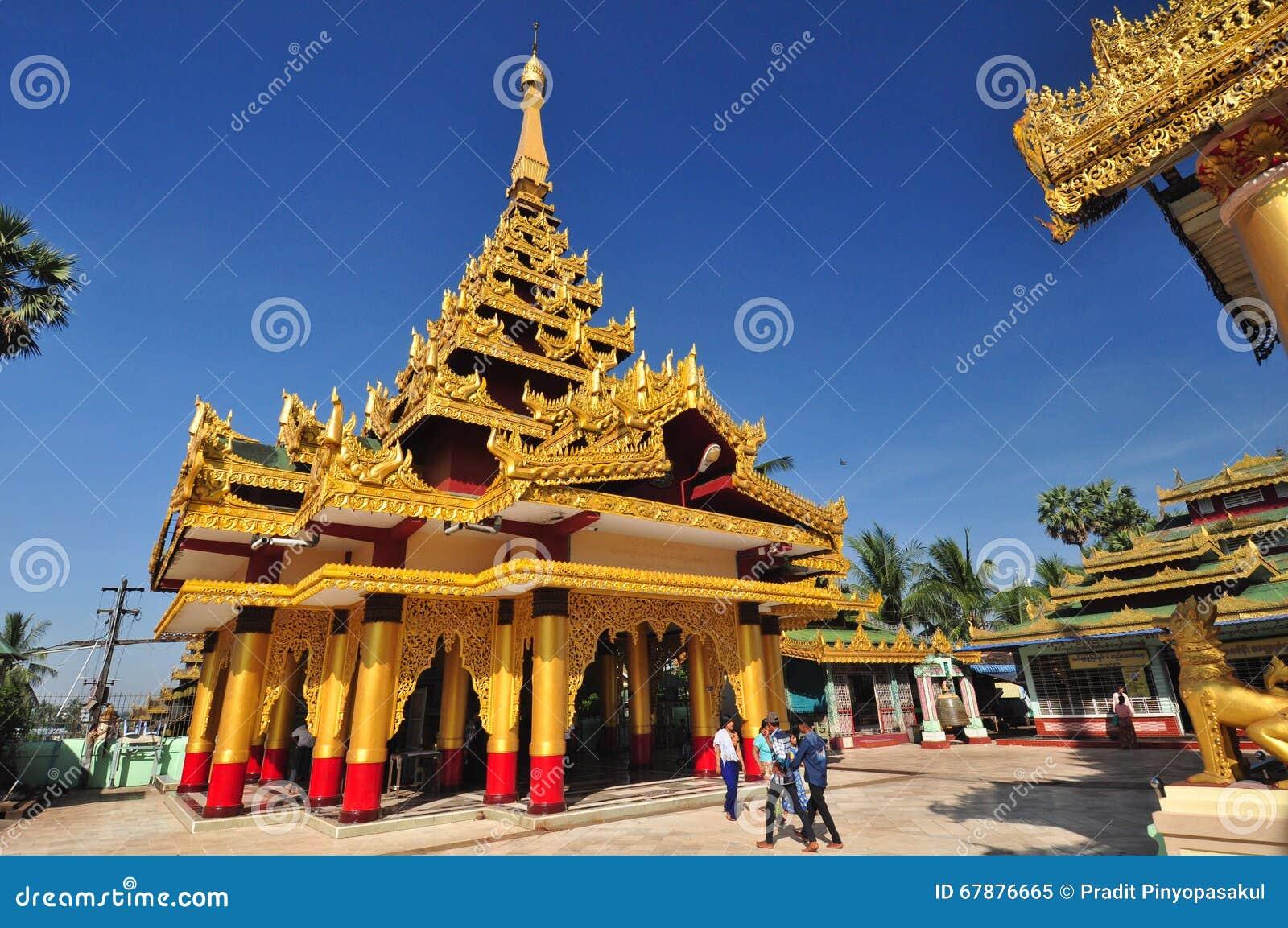Okända turister besöker templet av den Shwe MawDaw pagoden, Bago, M