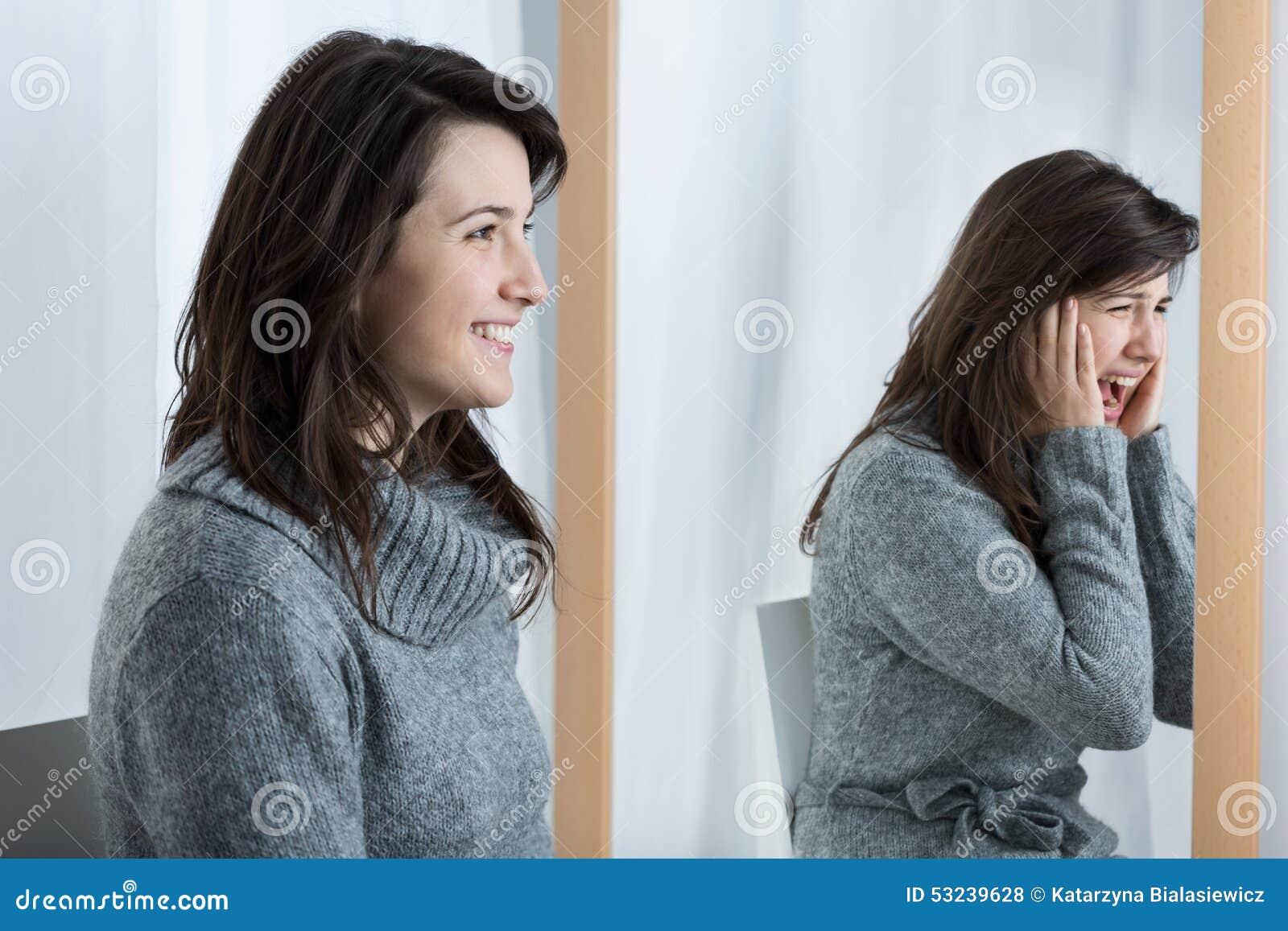 Okaleczająca kobieta symuluje dobrego nastrój