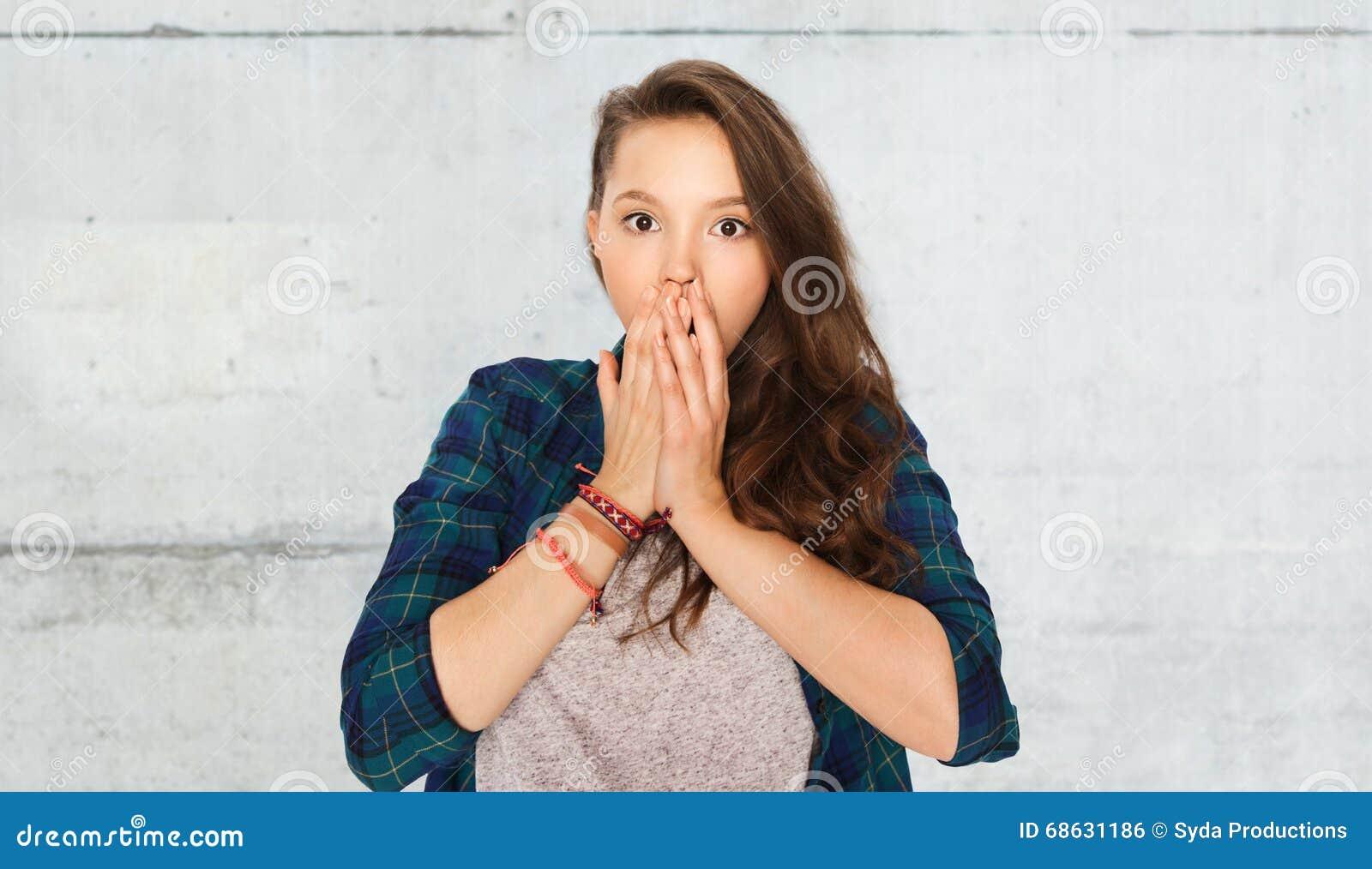 Okaleczająca nastoletnia dziewczyna nad szarą kamienną ścianą