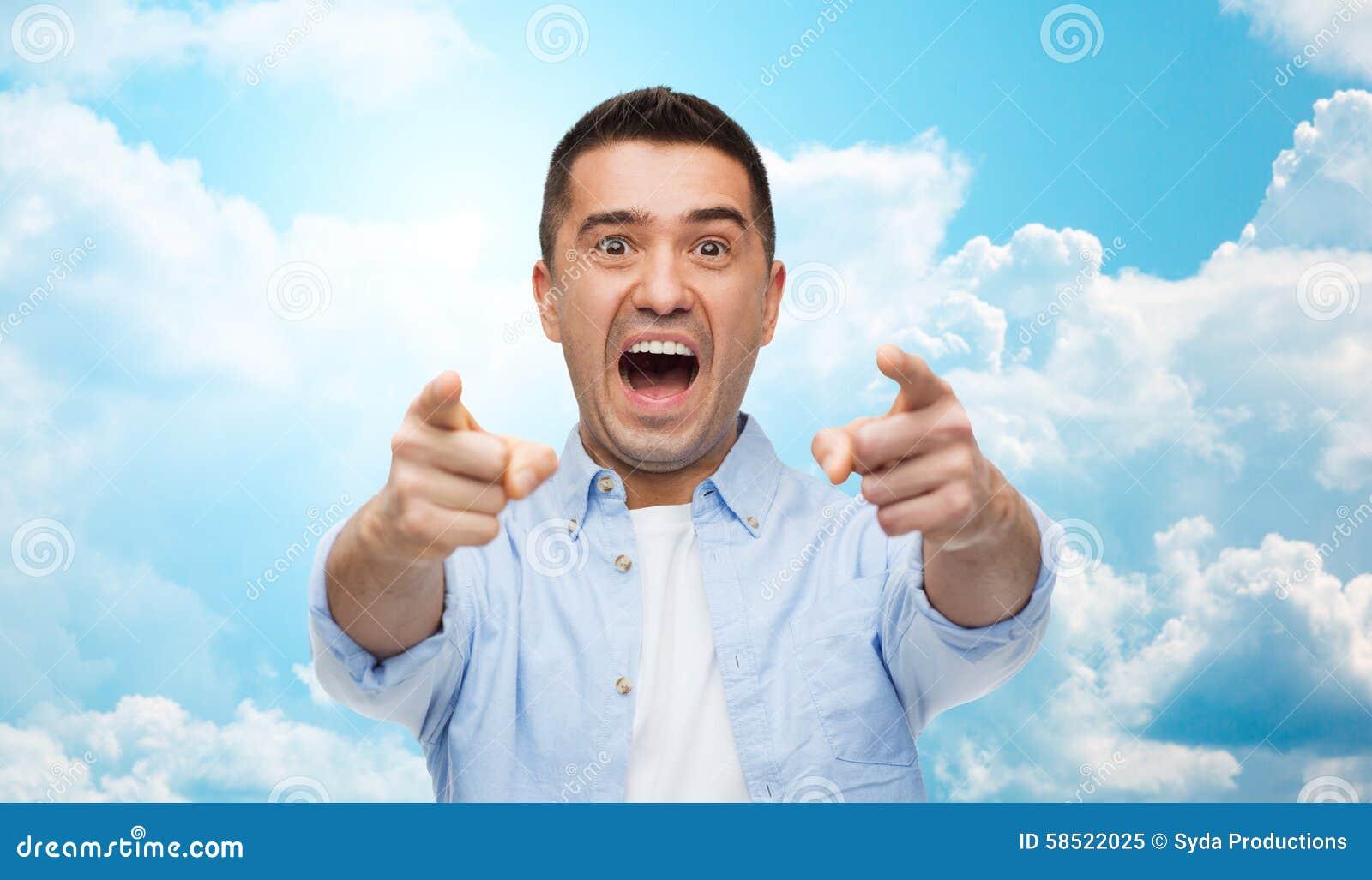 Okaleczający mężczyzna krzyczy palec na tobie i wskazuje