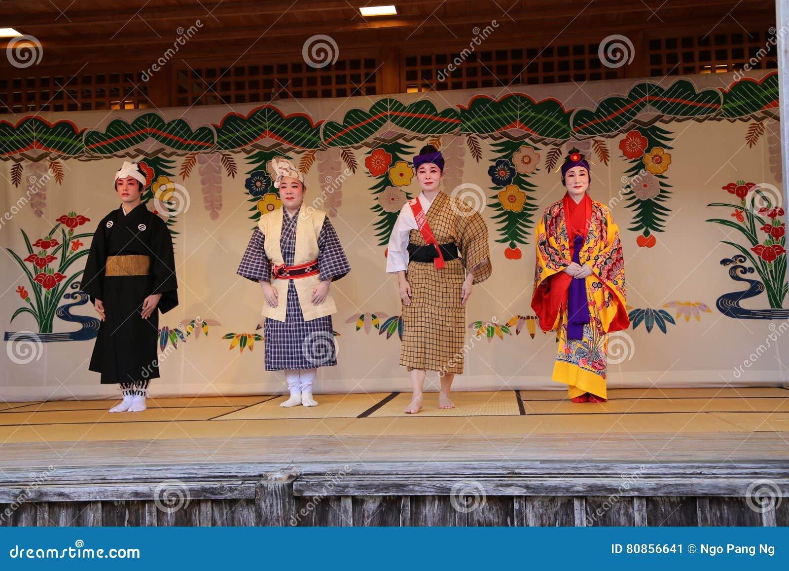 OKINAWA - 8 DE OCTUBRE: Danza de Ryukyu en el castillo de Shuri en Okinawa, Japón el 8 de octubre de 2016
