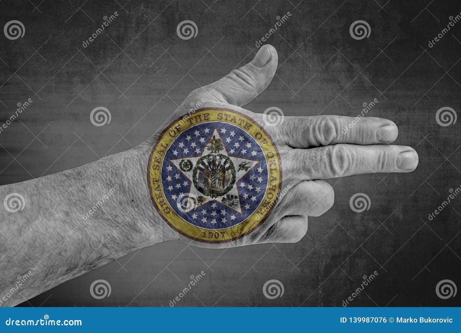 Oklahoma påstår skyddsremsaflaggan som målas på den manliga handen som ett vapen