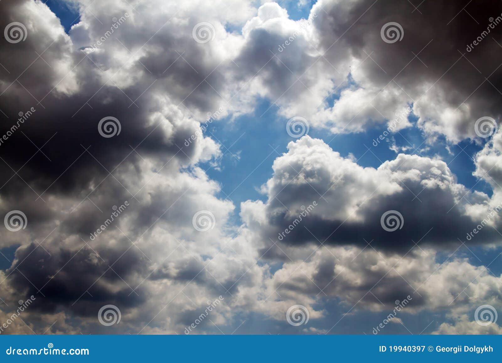 Oklarheter räknade den dystra skyen