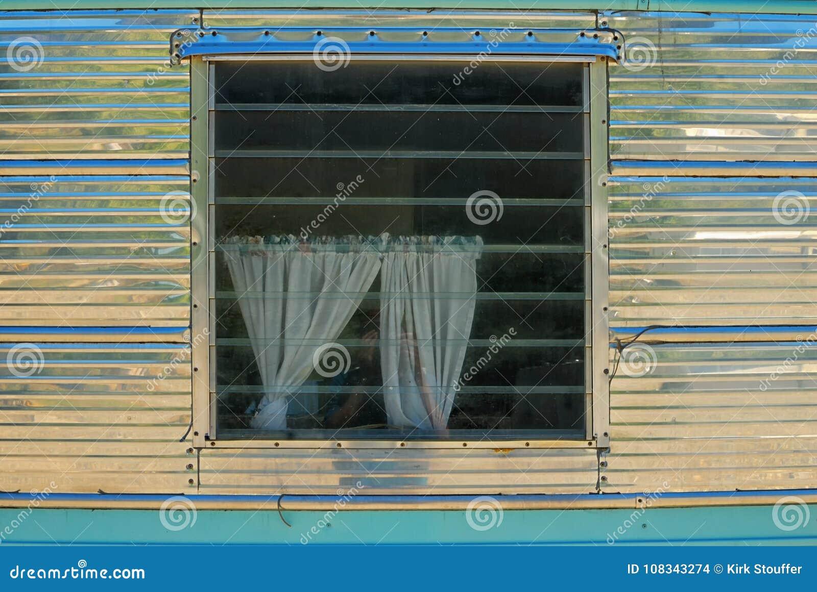 Okno błyszczący metal przyczepy dom z drapuje