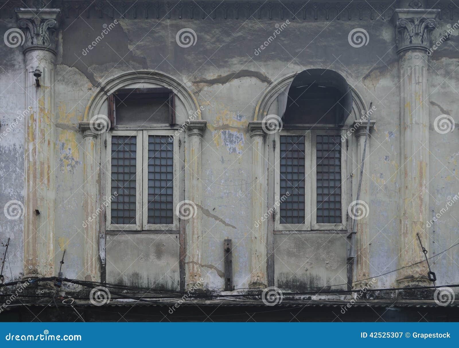Okno przy antycznym budynkiem