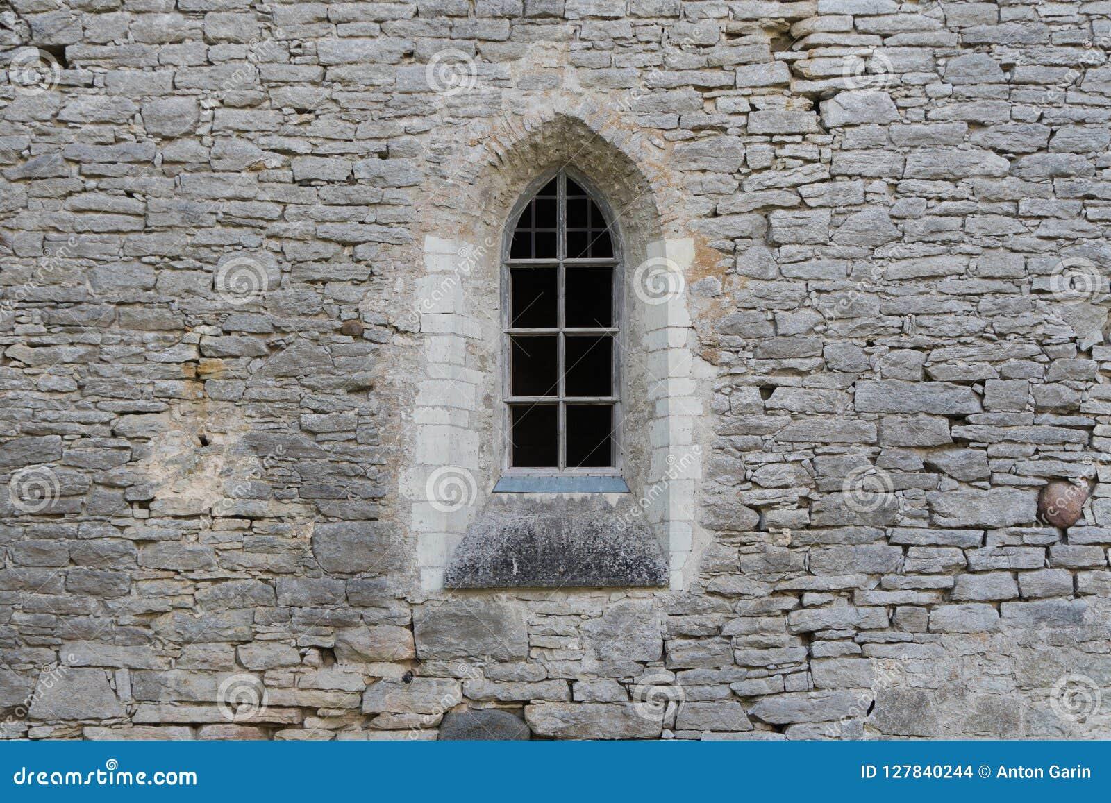 Okno w kamiennej ścianie antyczny monaster