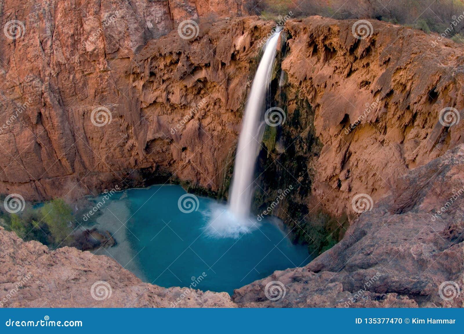 Oko widok Havasu spadki uwydatnia kontrastującą błękitnej zieleni wodę przeciw craggy czerwieni skały ścianie która obwódki ja
