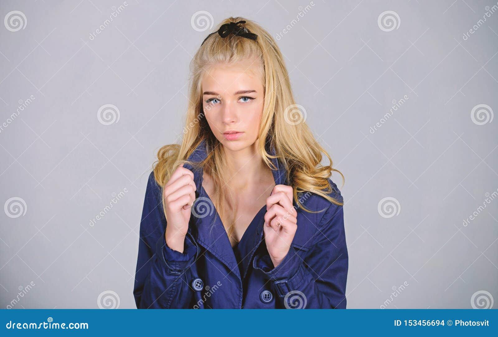Okopu ?akieta mody trend Musi mie? poj?cie Kobiety makeup twarzy blondynki w?osy pozuje ?akiet z ko?nierzem Modny ?akiet