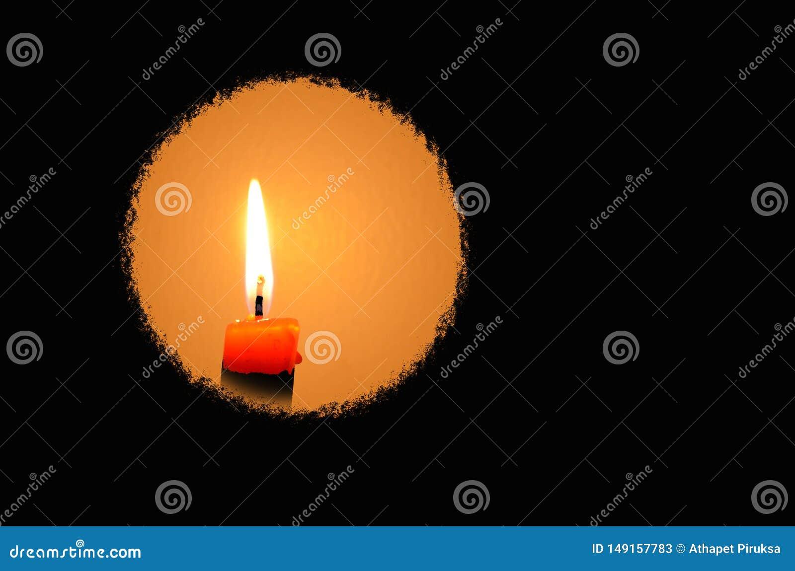 Okrąg świeczki światło w ciemnym przedpolu