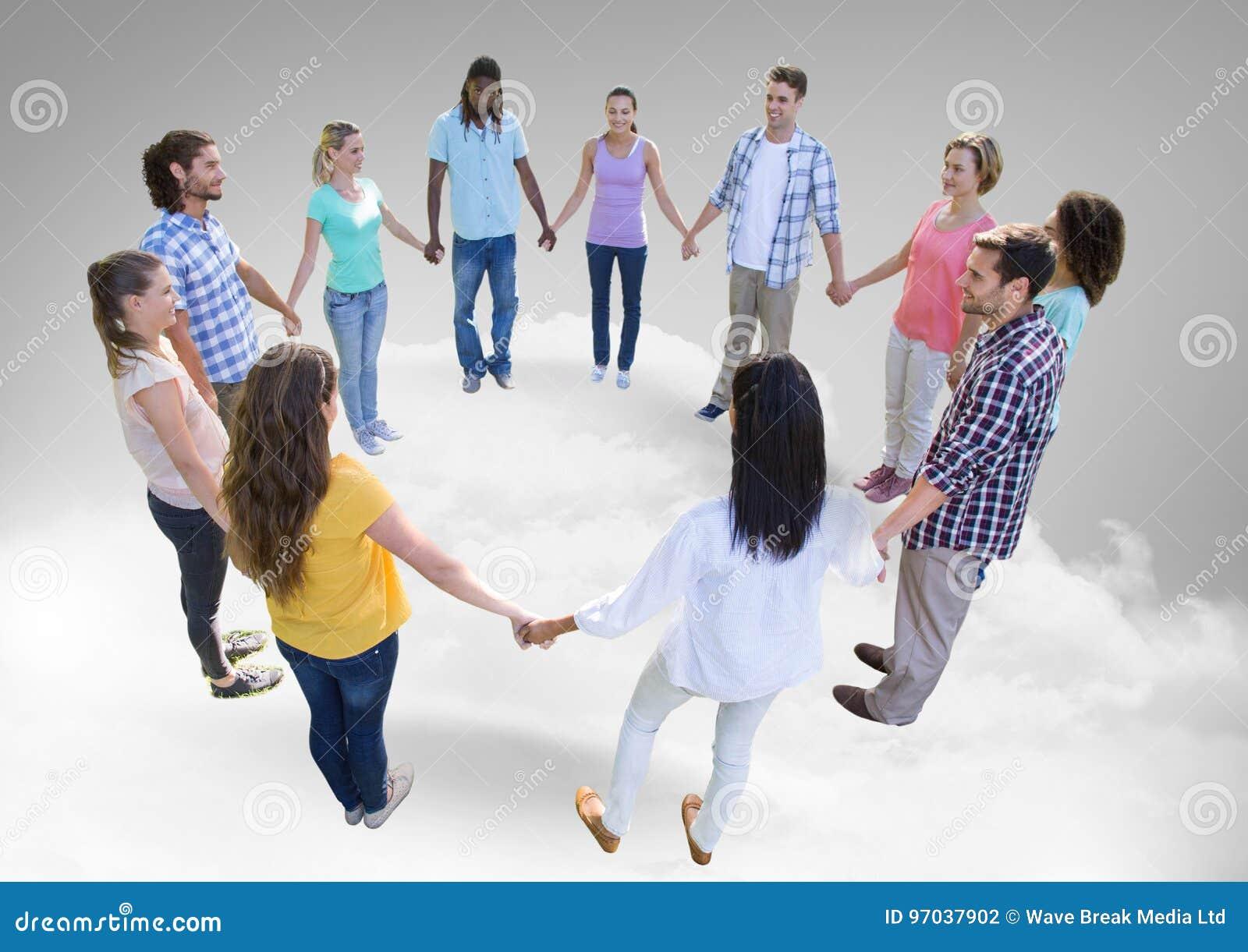 Okrąg ludzie trzyma ręki na chmurach wpólnie