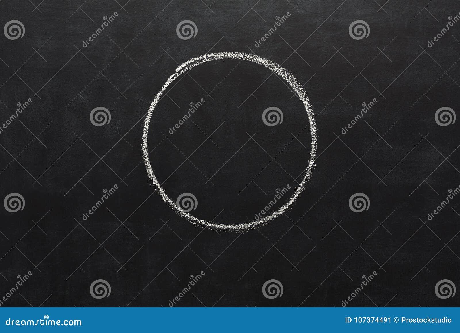 Okrąg rysujący z kredą na blackboard