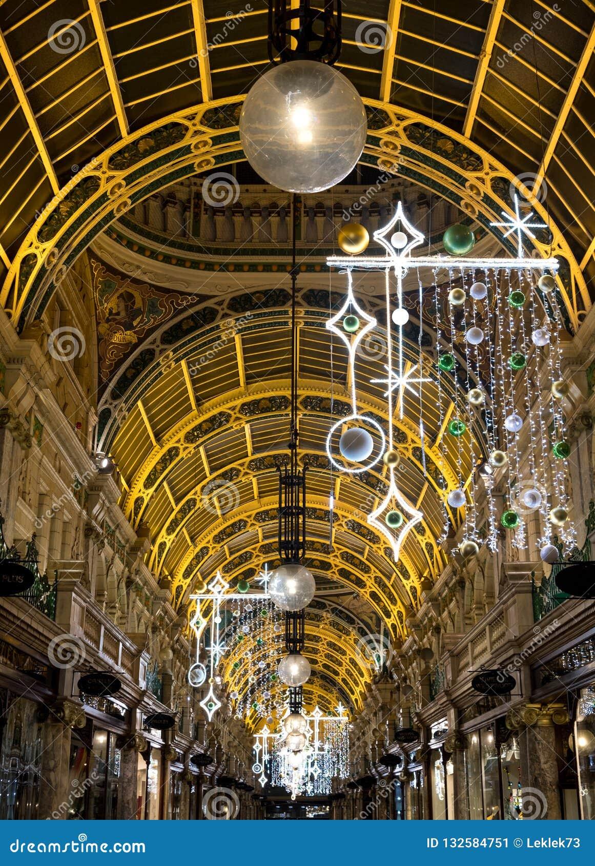 Okręg administracyjny arkada w Wiktoria ćwiartce, Leeds Centrum Miasta, UK Centrum handlowe dekoruje dla bożych narodzeń