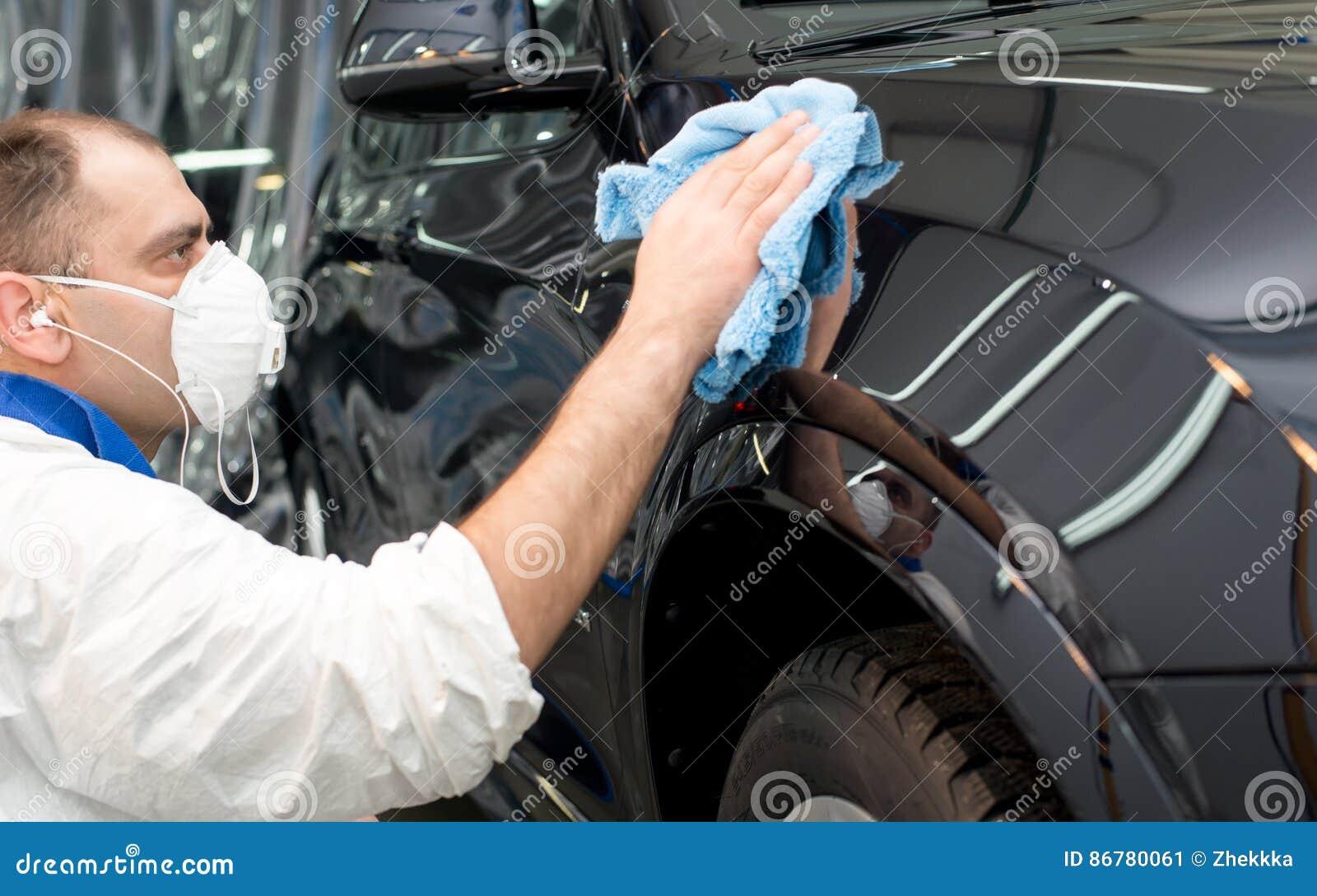 Okrzesany czarny samochód