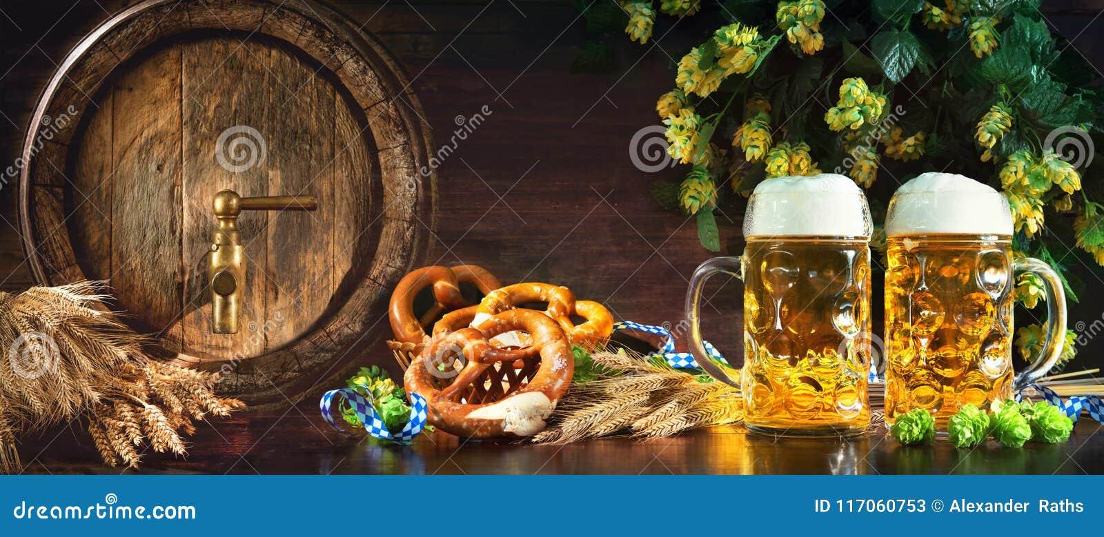Oktoberfest-Bierfaß und Biergläser mit weichen Brezeln, whe