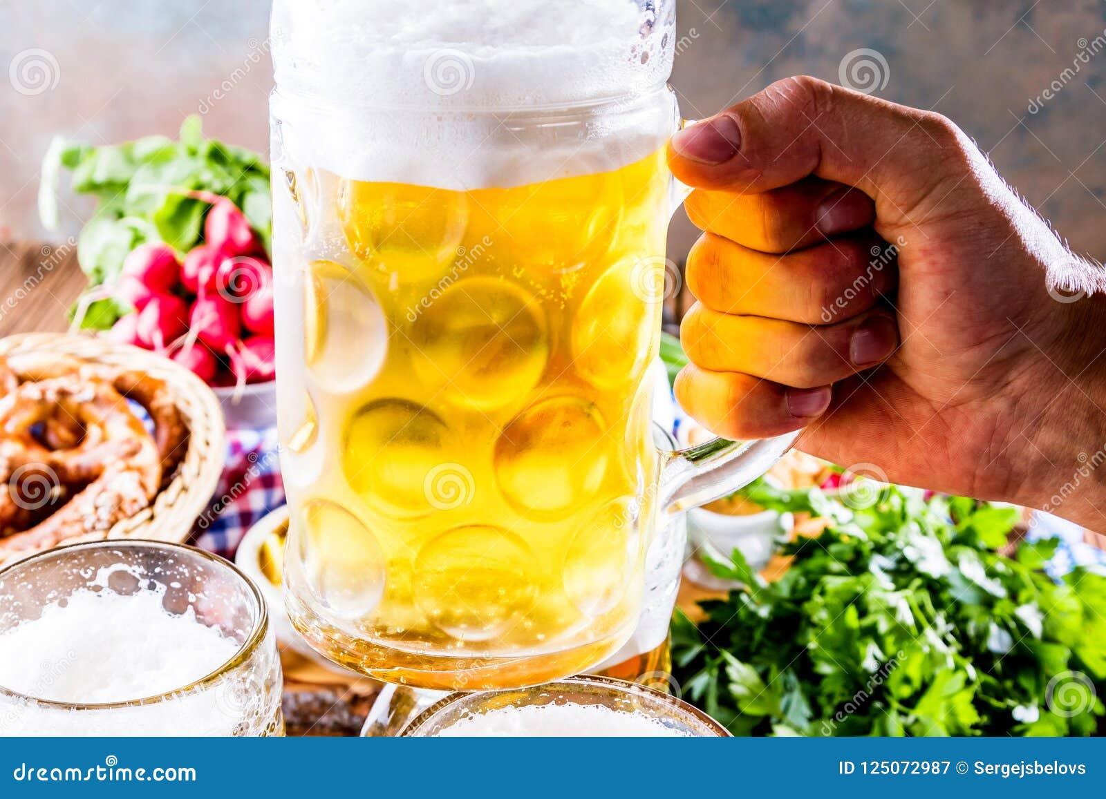 Oktoberfest-Lebensmittelmenü, bayerische Würste mit Brezeln, Kartoffelpüree, Sauerkraut, Bier
