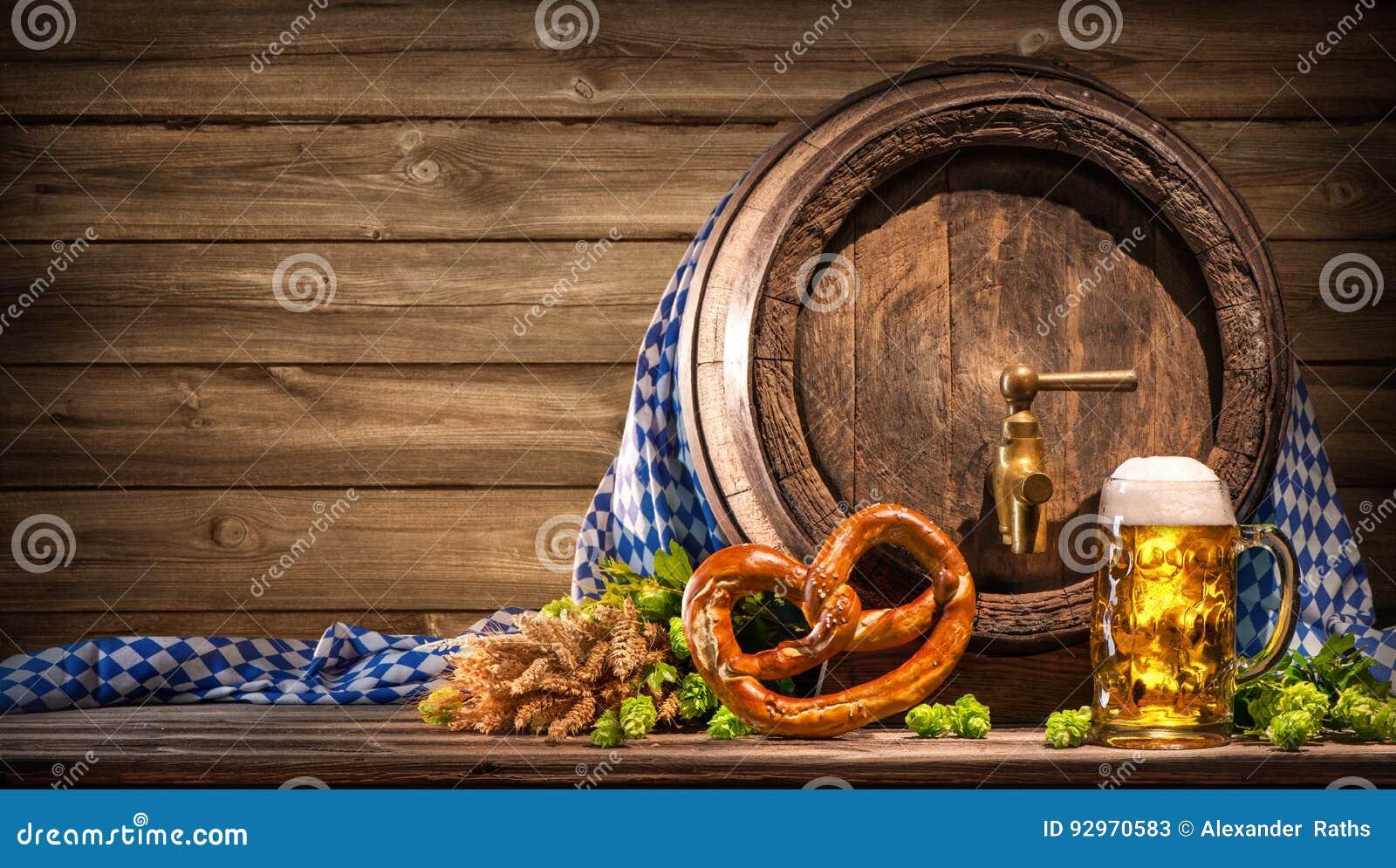 Oktoberfest piwna baryłka i piwny szkło