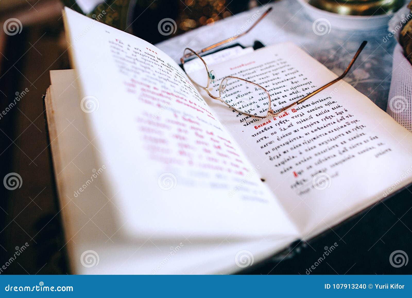 Okulary książkowi księdza ` s czas wolny