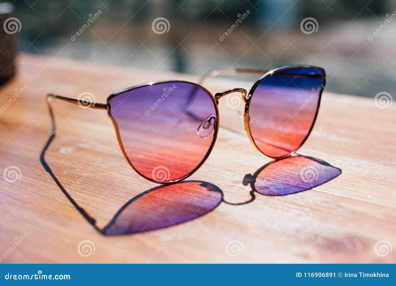 Okulary przeciwsłoneczni kłamstwo na stole