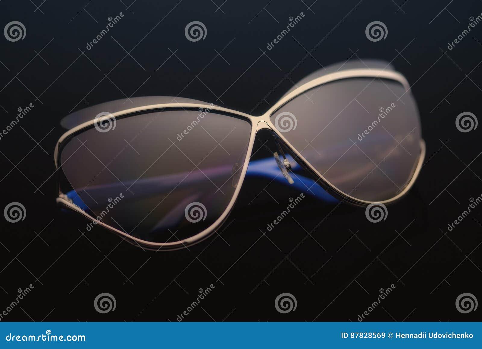 Okulary przeciwsłoneczni na czarnym tle